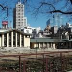 羽仁夫妻が友人の建築家遠藤新を介して、当時帝国ホテル設計のため来日していたライトに校舎の設計を依頼。